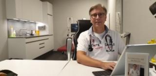 Hausarzt Aarau West - Hausarzt Oberentfelden - Praxis - Dr. Keller arbeitet am Computer